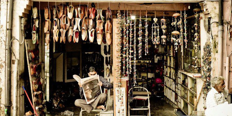 Business-is-slow-for-this-Handicraft-Shoe-Vendor-in-Jaipur1-e1426666736934
